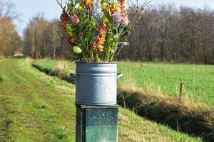 Zinken emmer met bloemen