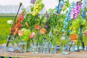 Kleine vaasjes met bloemen